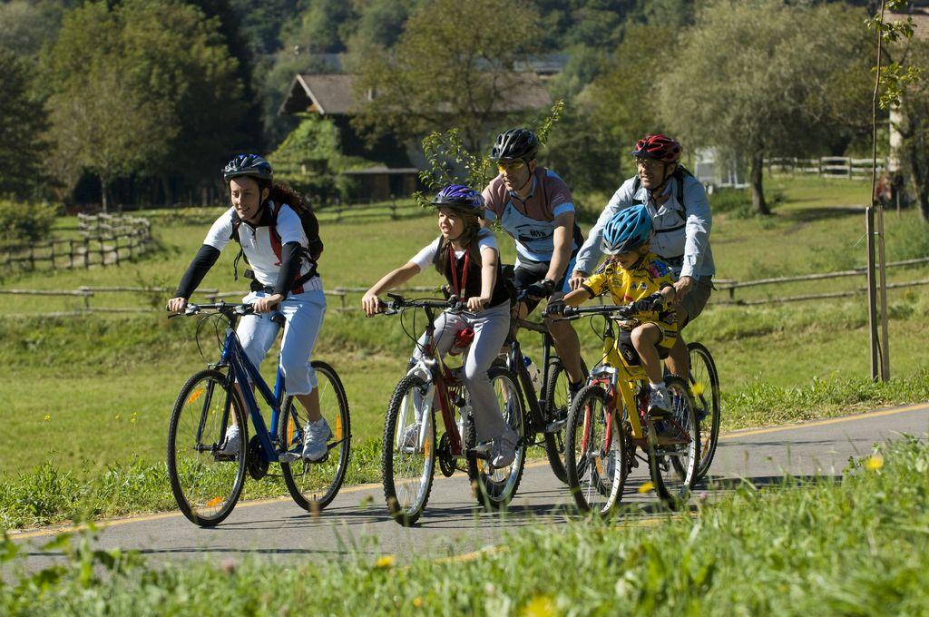 Adamello Brenta, in bici con la famiglia