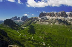 Dolomiti, vista su Passo Pordoi in piena estate