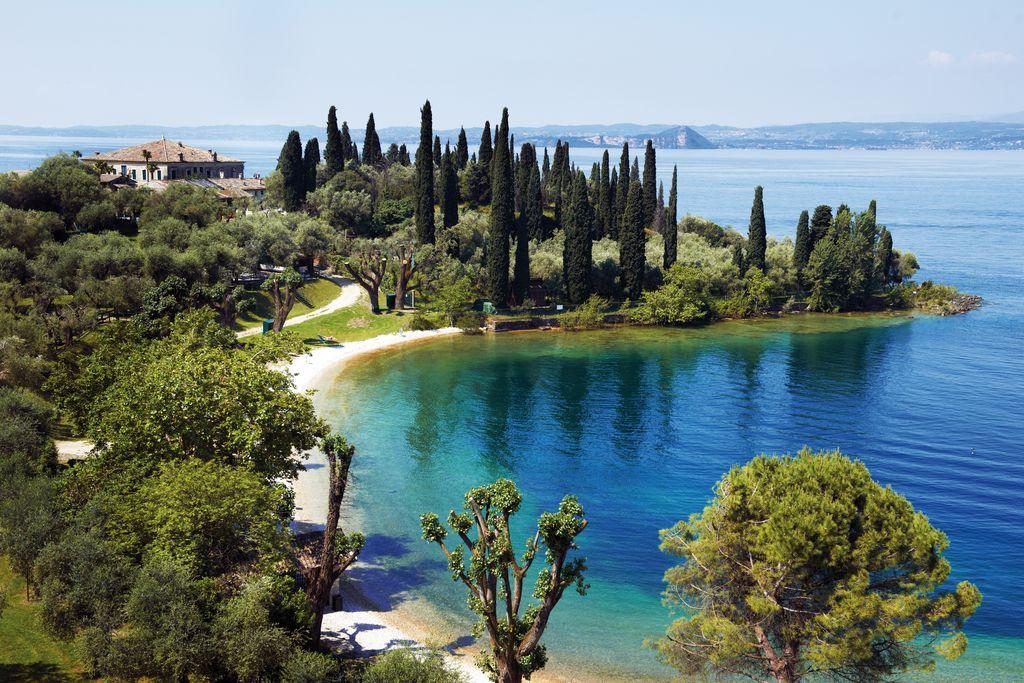 La vegetazione mediterranea che circonda il lago