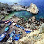 Ponza, una spiaggetta ospita barche di pescatori