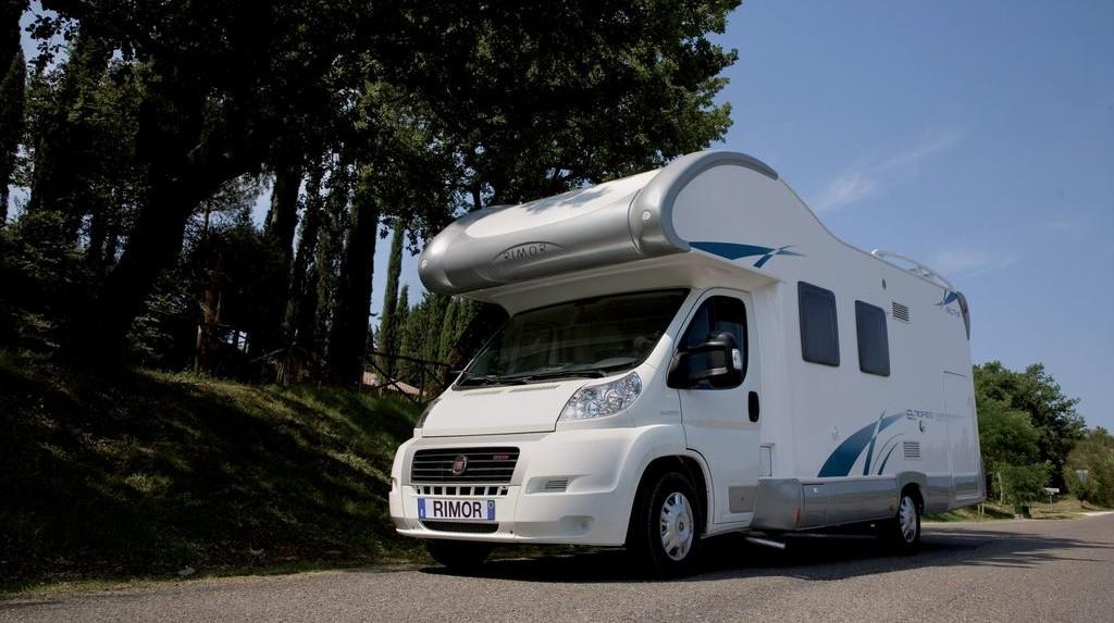 Un camper mansardato, caratterizzato da un letto matrimoniale sempre pronto sopra la cabina di guida