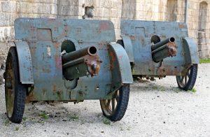 Due cannoni tedeschi della prima guerra mondiale in difesa dell'antica Fort
