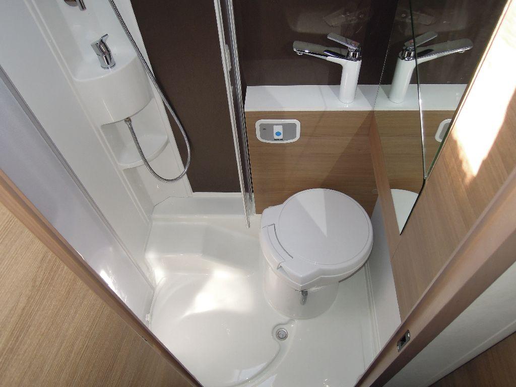 50 adria il lusso per tutti vita in camper - Rifare il bagno del camper ...