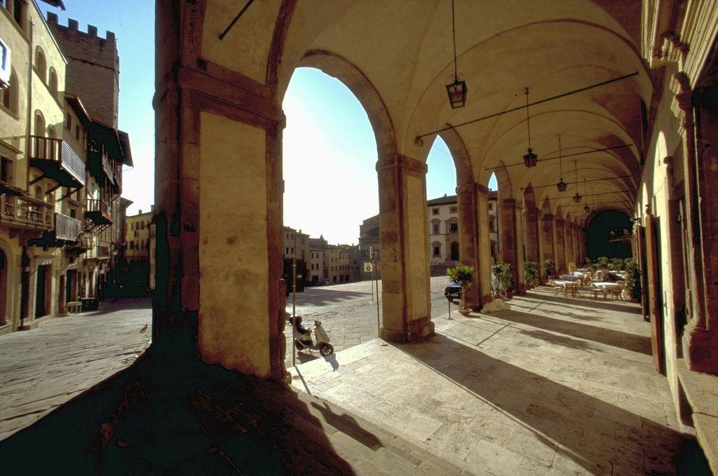 Arezzo, Piazza Grande, le Logge Vasari
