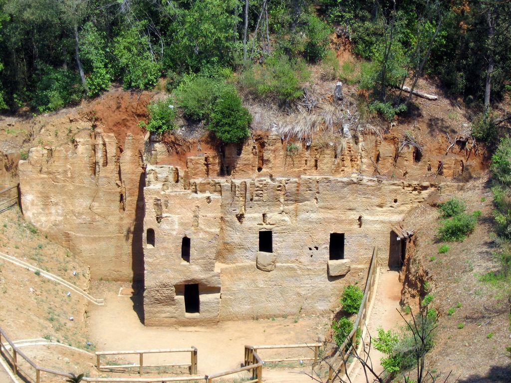 Necropoli delle grotte, in una cava di panchina (Populonia)