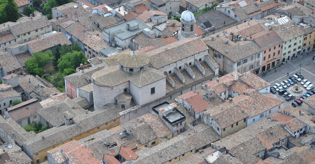 Cagli e la cattedrale dall'alto