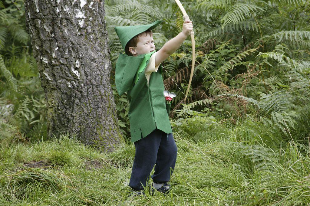 Un bambini vestito da Robin Hood