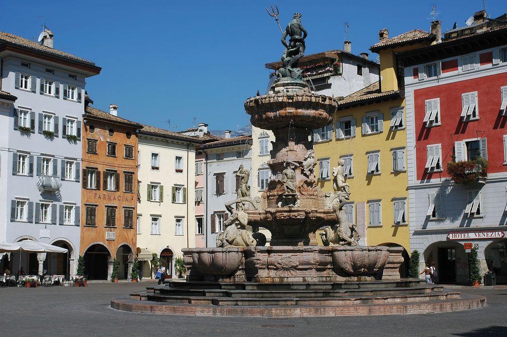 La fontana del Nettuno si trova in piazza Duomo