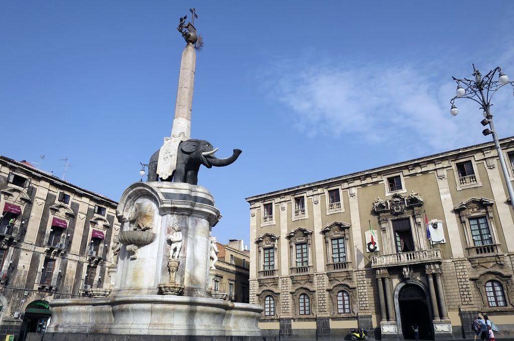Catania, Piazza Duomo con la Fontana dell'Elefante