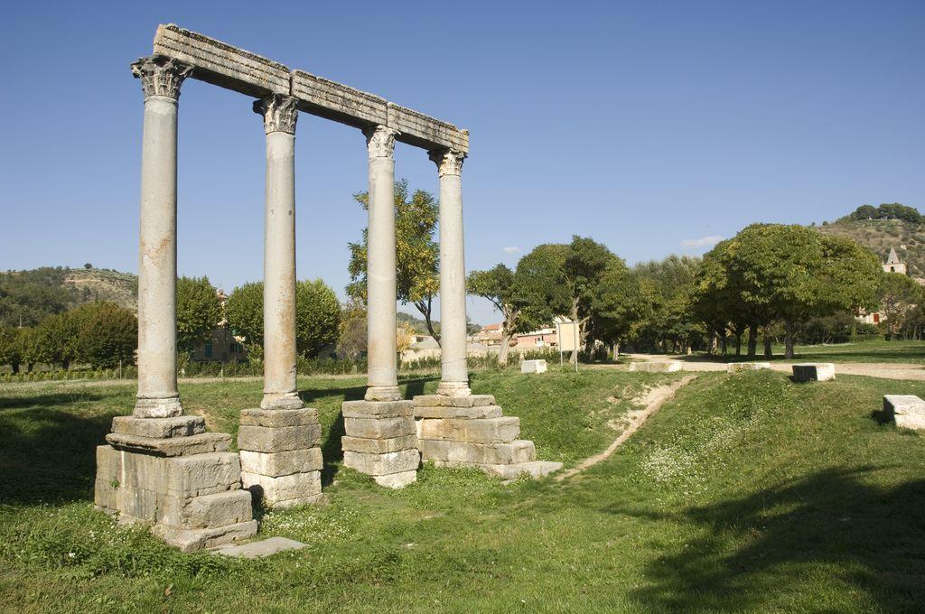 Verdon, Riez, le quattro colonne
