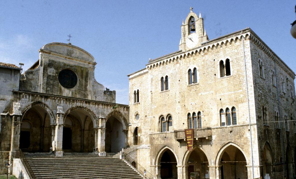 Priverno, Palazzo Comunale e la Cattedrale