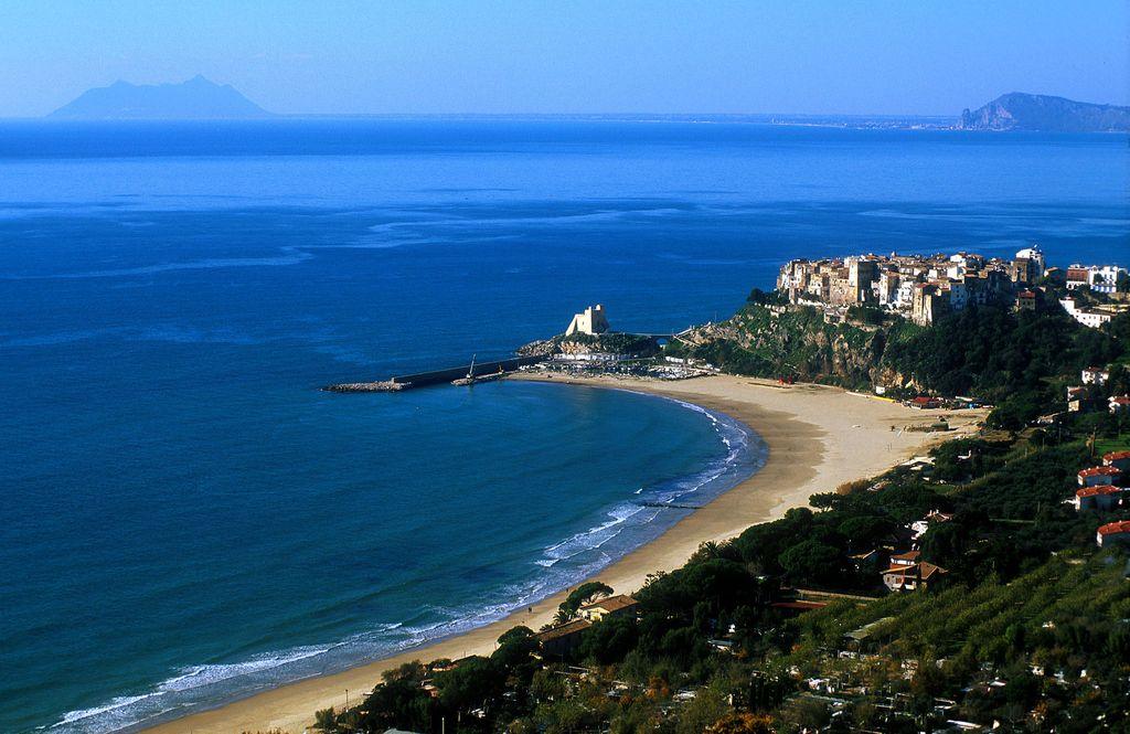 Sperlonga, la spiaggia ed il paese