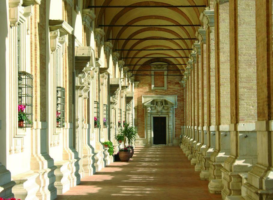 Loreto, porticato in Piazza della Madonna