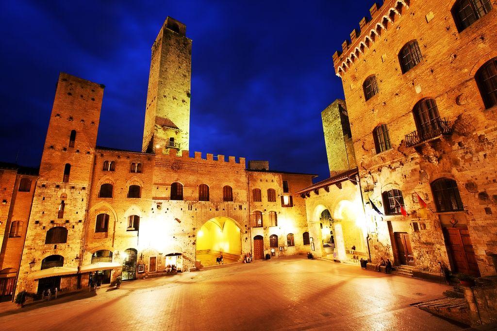 San Gimignano in notturna