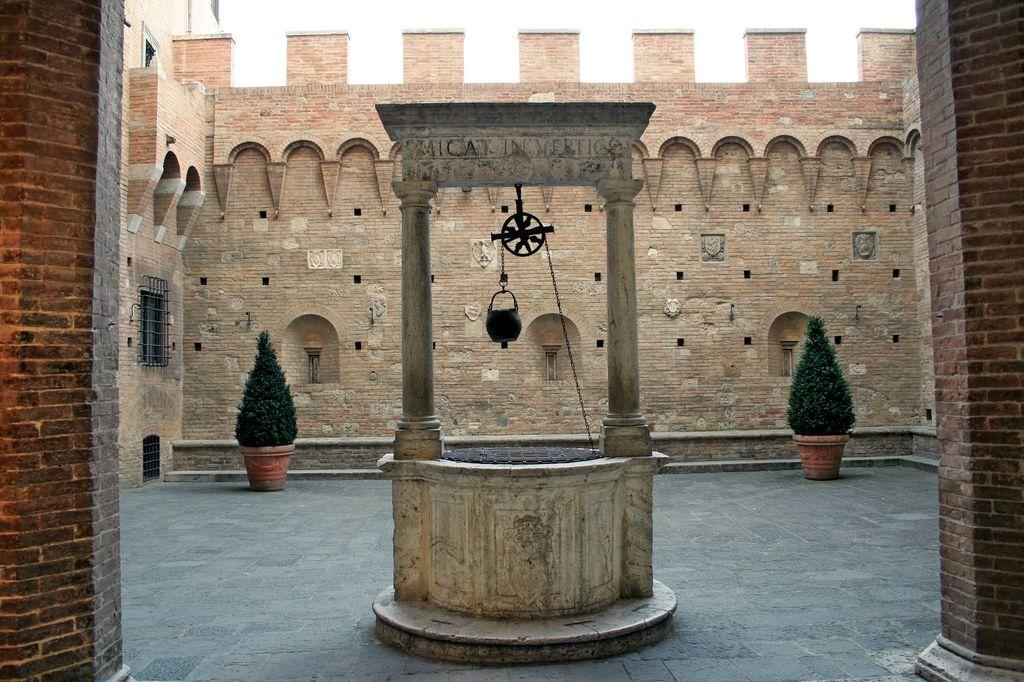 Siena, Un pozzo nel cortile di un palazzo medioevale