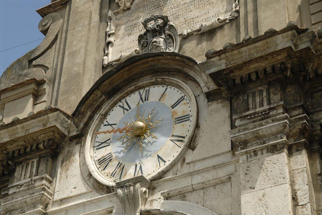 Spoleto, dettaglio architettonico dell'orologio