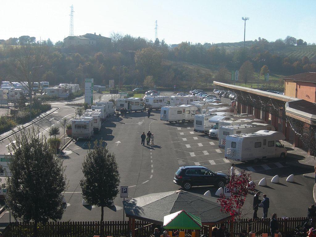 Area sosta camper Valdichiana Outlet - Arezzo - Vita in Camper