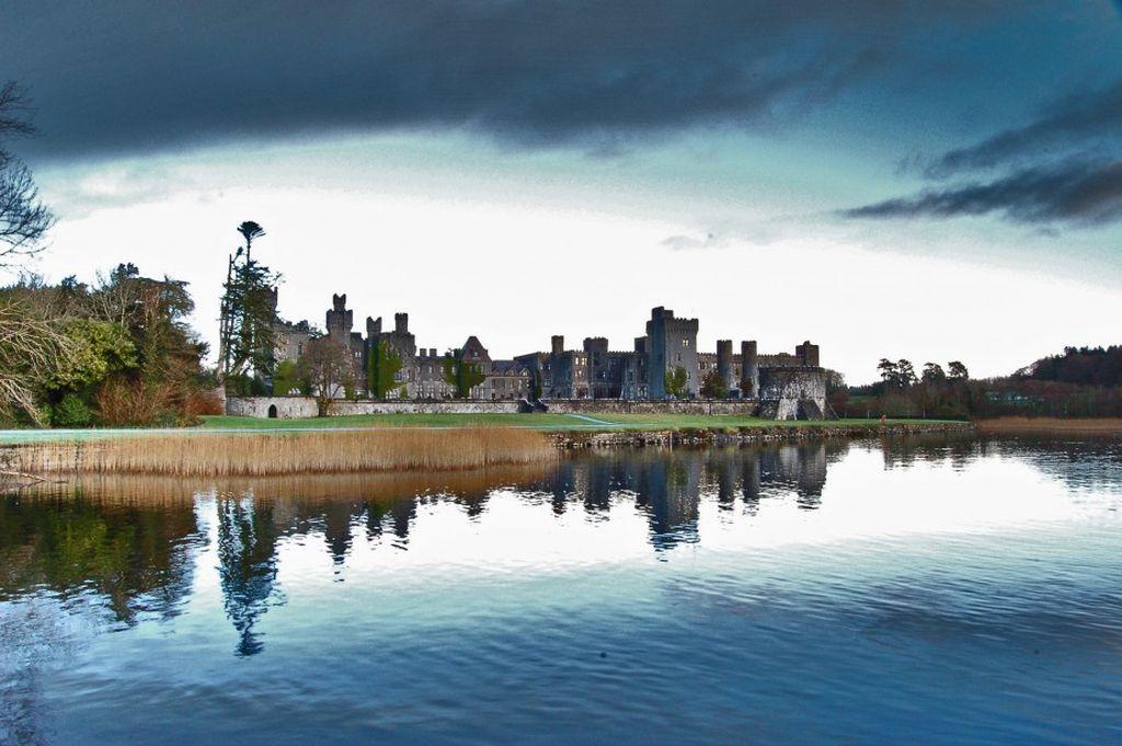 Ashford Castle, contea di Mayo. Condé Nast Traveler l'ha recentemente inserito al secondo posto nella Top 10 dei posti più romantici per una proposta di matrimonio.