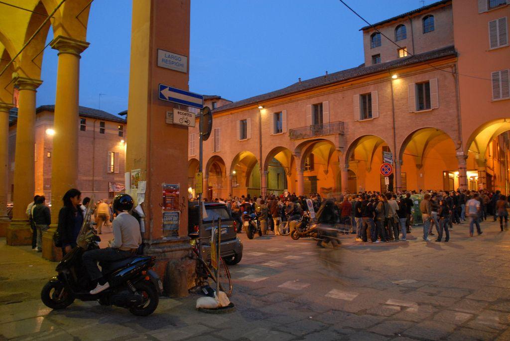 Bologna, scorcio all'ora dell'aperitivo