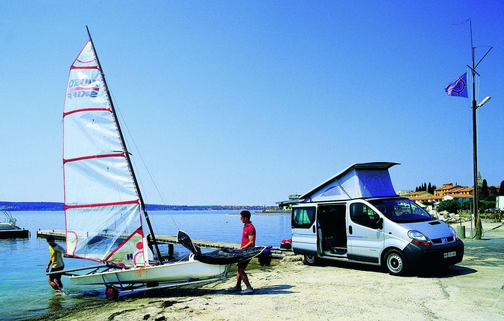 Camper van in sosta in riva al lago
