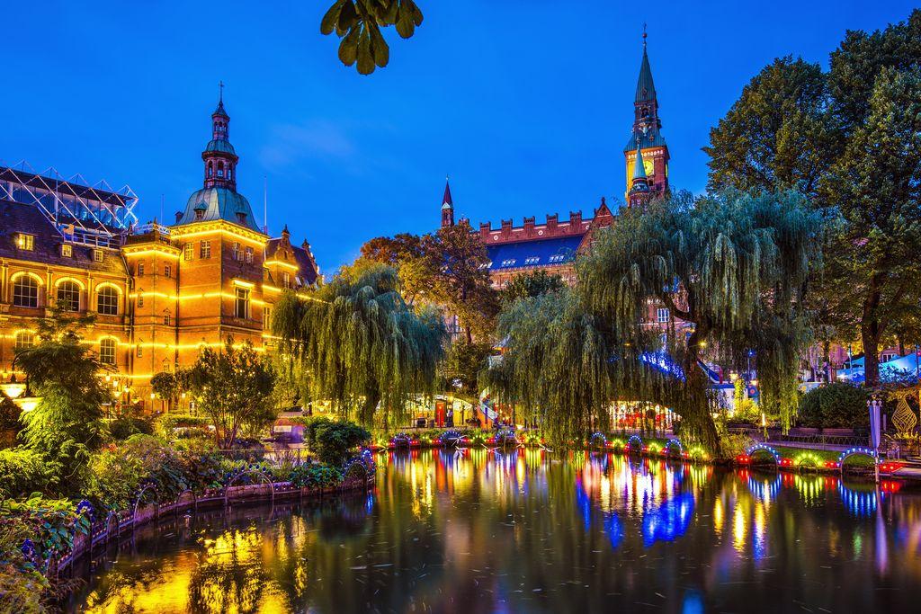 Copenaghen, i giardini di Tivoli al tramonto