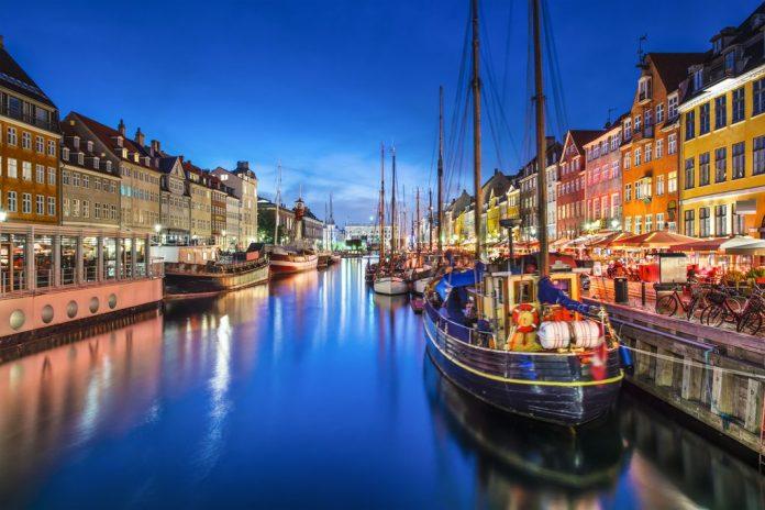 Copenaghen romantico il porto al tramonto