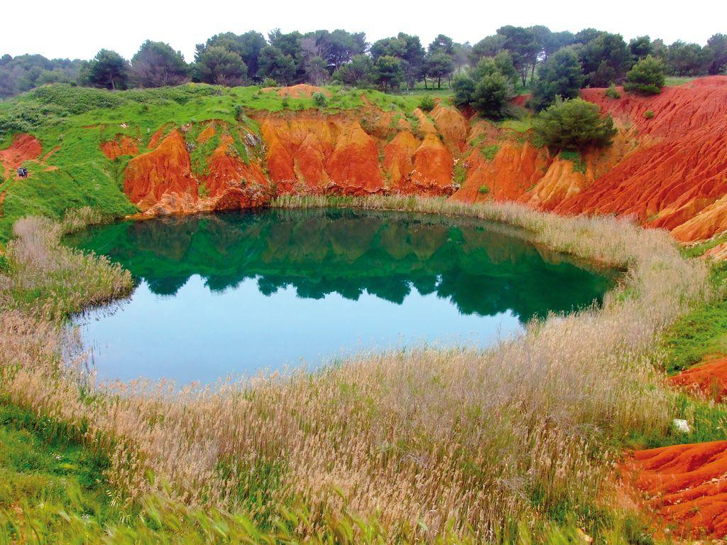 Il lago alla cava di bauxite ad Otranto