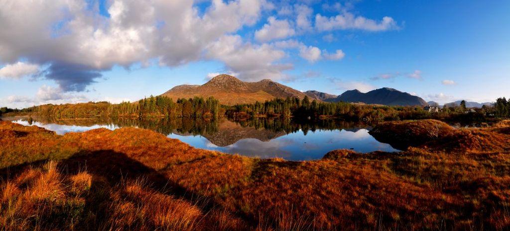"""Laghi del Connemara, contea di Galway. Lungo la Wild Atlantic Way si può scoprire la cosiddetta """"aspra bellezza"""" del Connemara. Con i suoi cieli pieni di nuvole capricciose, qui l'arcobaleno è spesso dietro l'angolo."""