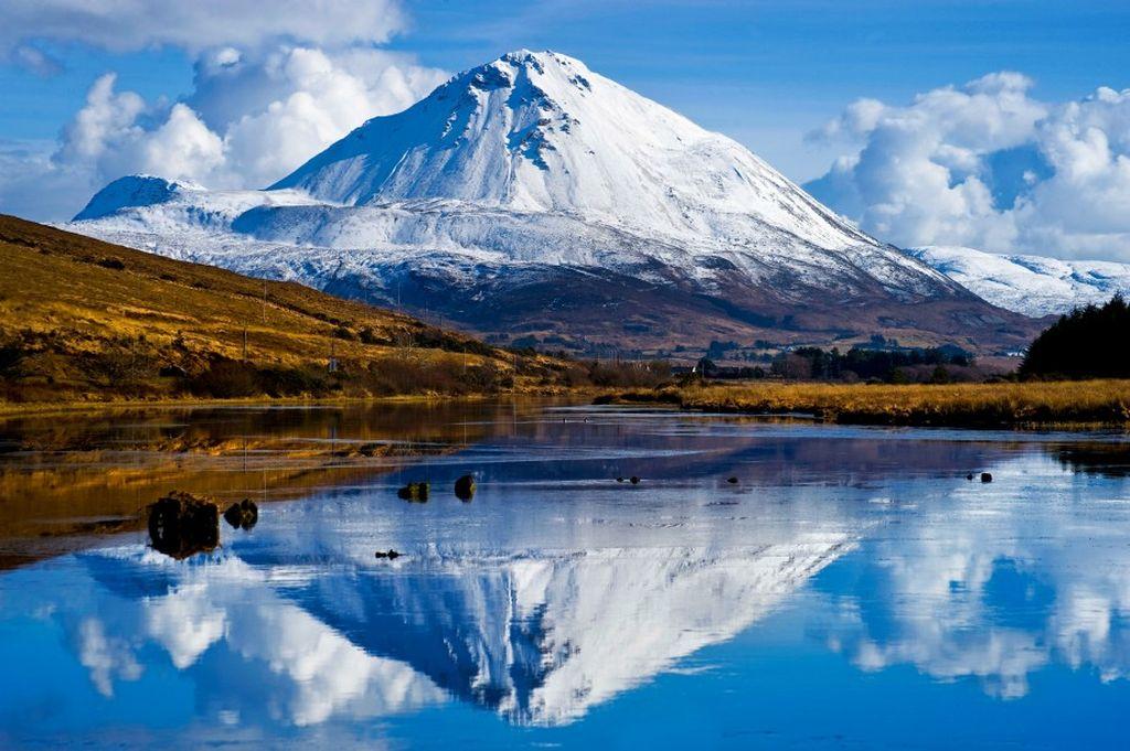 Mount Errigal, contea di Donegal. Nelle giornate limpide d'inverno una delle montagne della catena Seven Sisters, l'Errigal, si specchia meravigliosamente nei laghi vicini.
