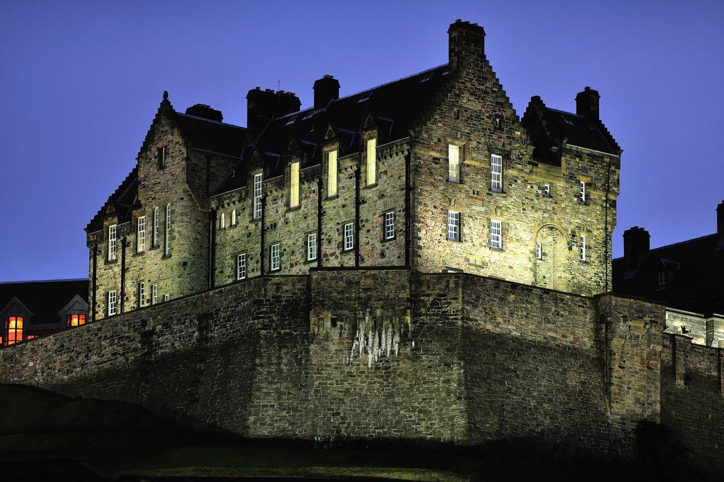 Il Castello di Edimburgo, illuminato di notte