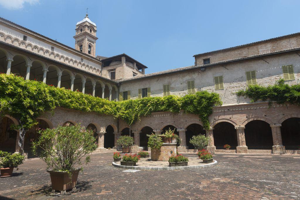 Tolentino, l'interno della Basilica di San Nicola