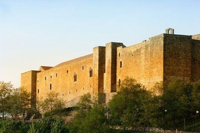 Castello di Lagopesole esterno