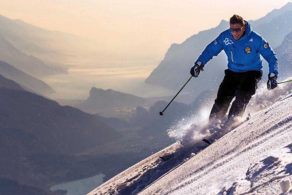 sciatore-cima-paganella-con-sfondo-lago-di-garda-_ph-federico-modica