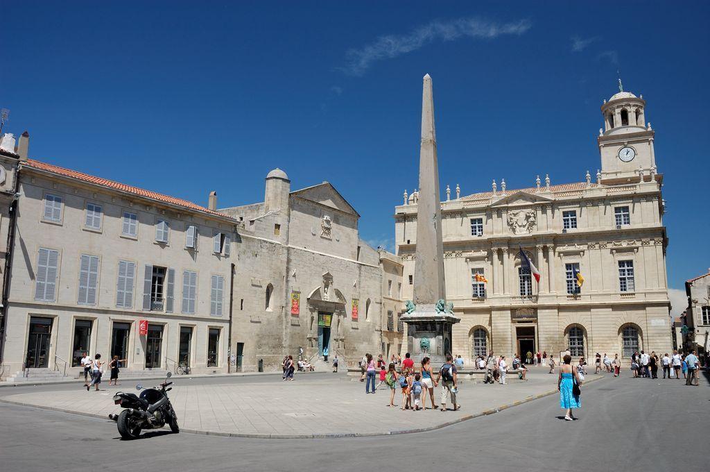 Arles place republique