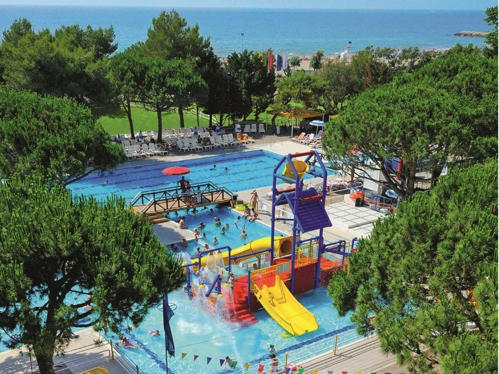 Camping Village Mediterraneo, piscina fronte mare