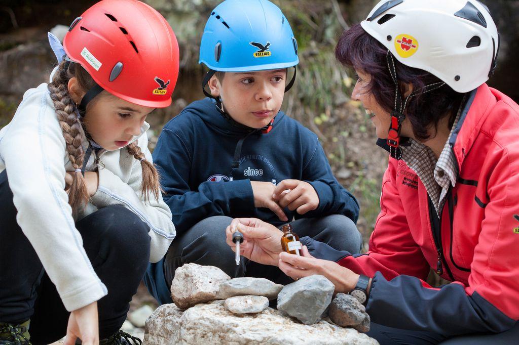 Bambini con caschi GEOPARC Bletterbach
