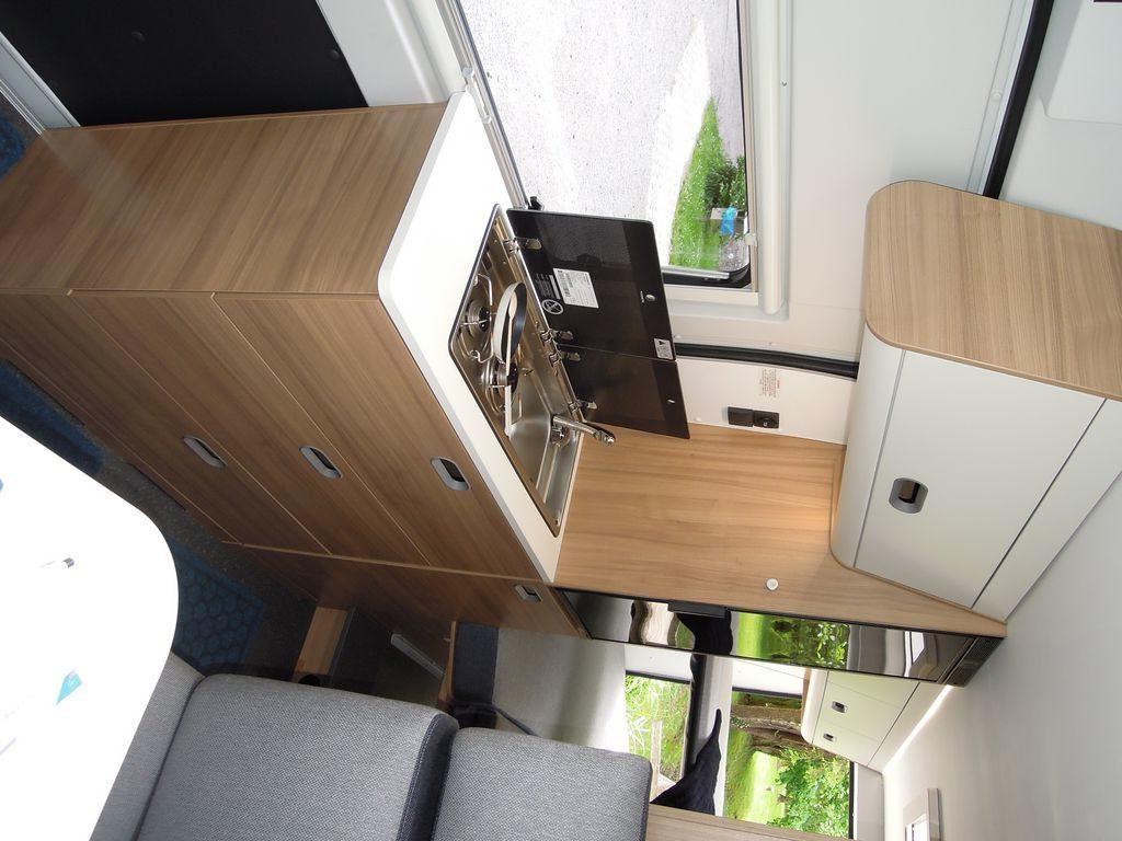 Elegante e funzionale la nuova cucina sui van. Frigo a compressore da 90 litri