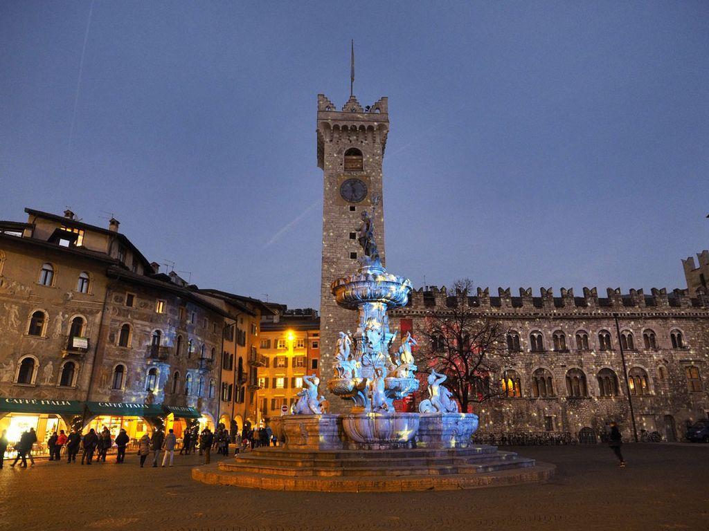 Luci in piazza Duomo a Trento - foto di R. Magrone