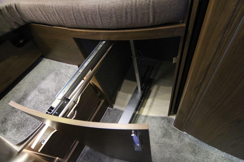 Gli armadi appendiabiti estraibili da sotto il letto