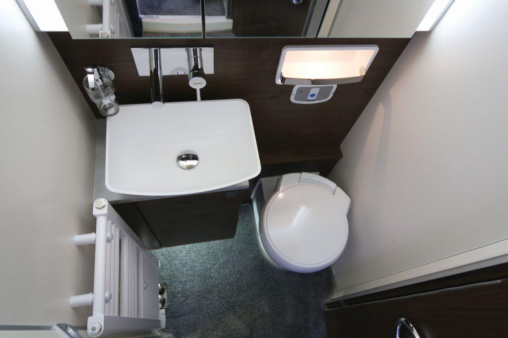 Toilette con lavandino a vasca sollevata e WC rivestito in ceramica