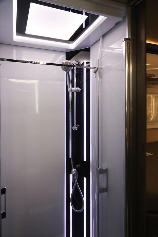 cabina doccia di buone dimensioni allestita in modo esclusivo