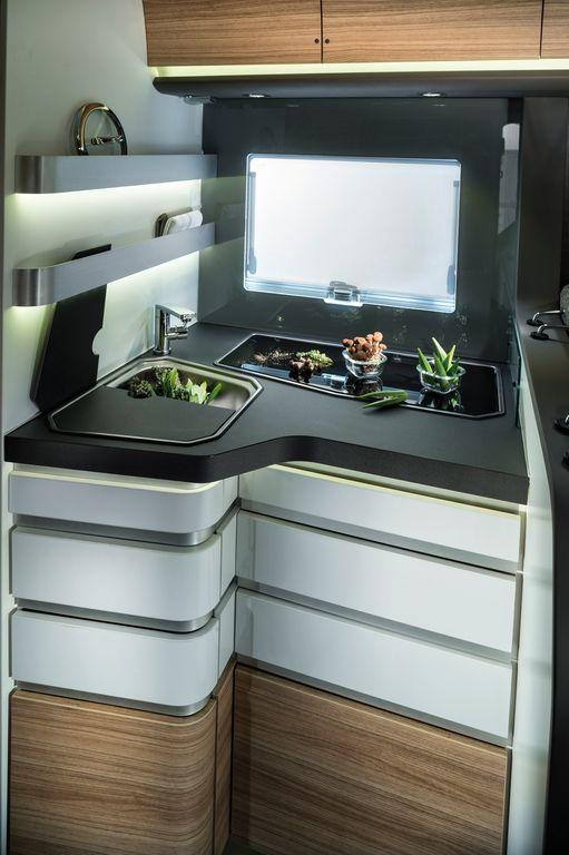 cucina dei 700_SL e SC. Originale il design della cassetira dei Sonic e di serie la cornice nera intorno alla finestra