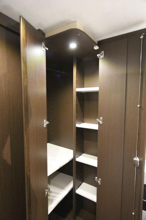 particolare l'armadio con apertura ad angolo