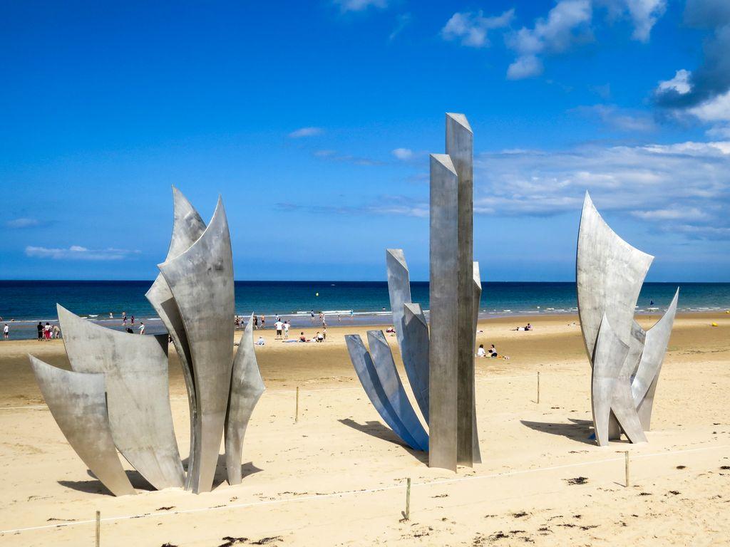 Normandia, scultura di memoria di Anilore Banon a Omaha Beach