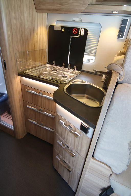Grande qualita in cucina con cassetti a rientro ammortazzato e illuminazione indiretta