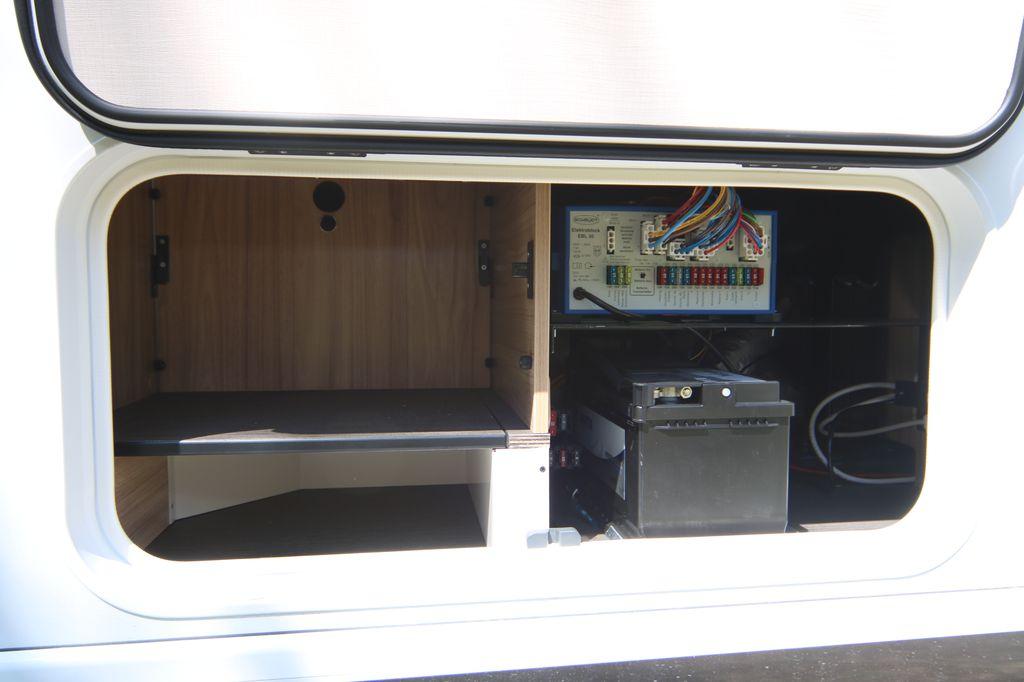 Il gavone laterale consente di accedere alla batteria di servizio e alla panca della seduta a L
