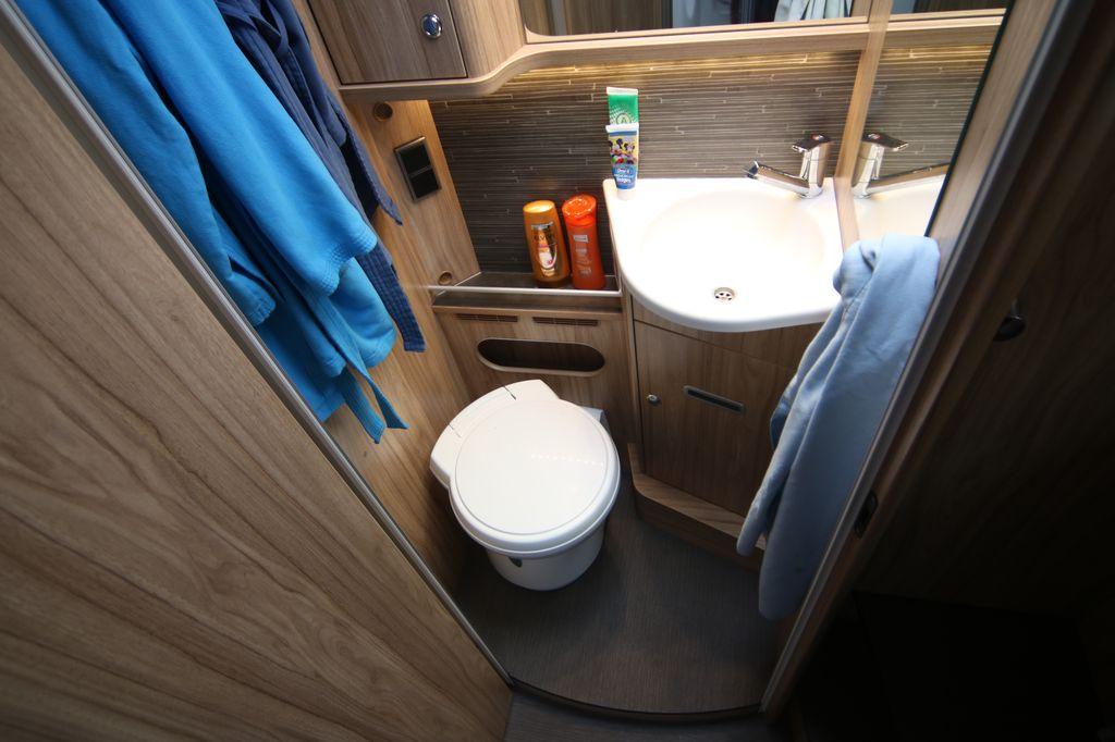 La toilette con la porta chiusa ha dimensioni un po' minimali